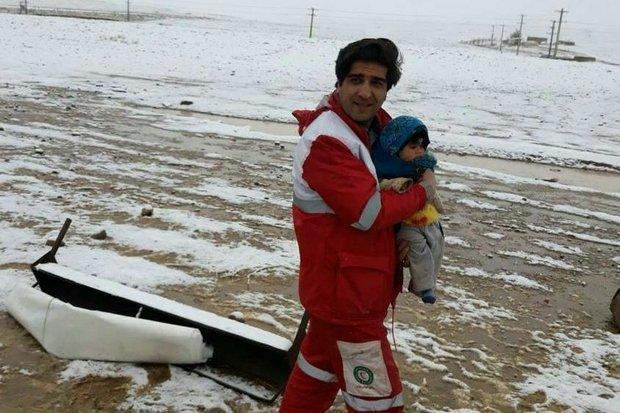 نجات کودک عشایر الیگودرزی گرفتار در برف توسط نیروهای هلال احمر