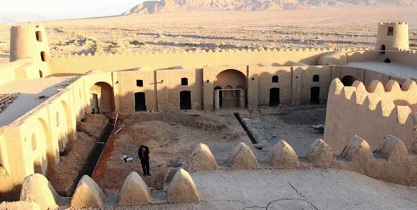 مرمت قلعه تاریخی علی رضاخانی مهریز شروع شد