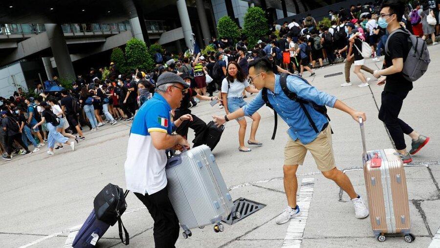 هنگ کنگ ، تجمع معترضان در مقابل فرودگاه