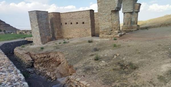 بازسازی دیوارچینی و محوطه سازی ورودی آتشکده تاریخی آتشکوه محلات